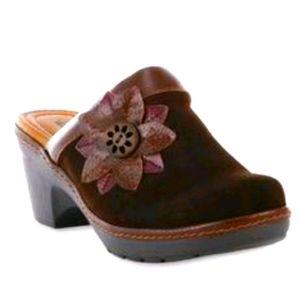 NEW 11 Thom McAn Carine Brown Suede Clogs Heels